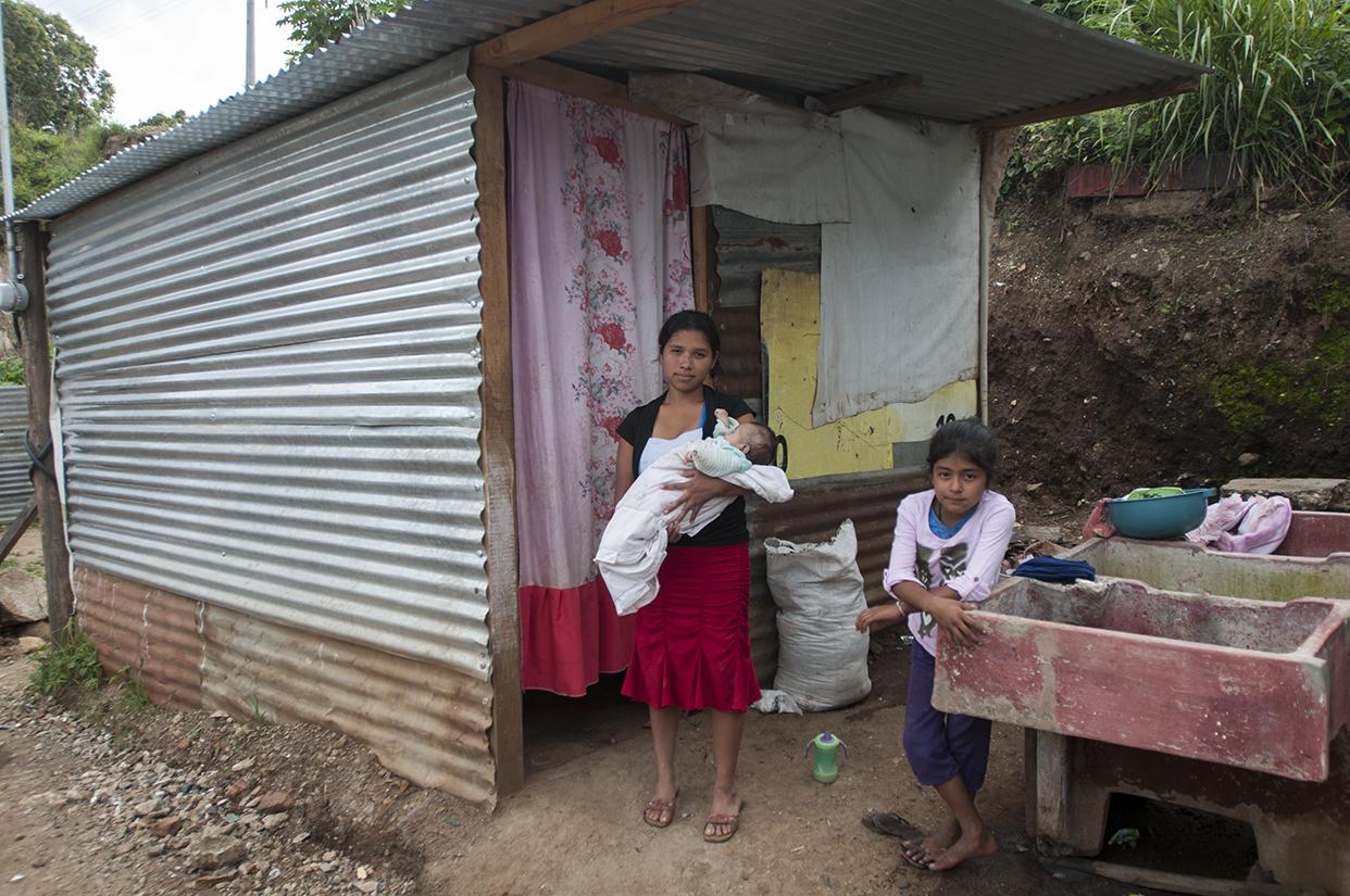 Varias madres solteras viven en el lugar.