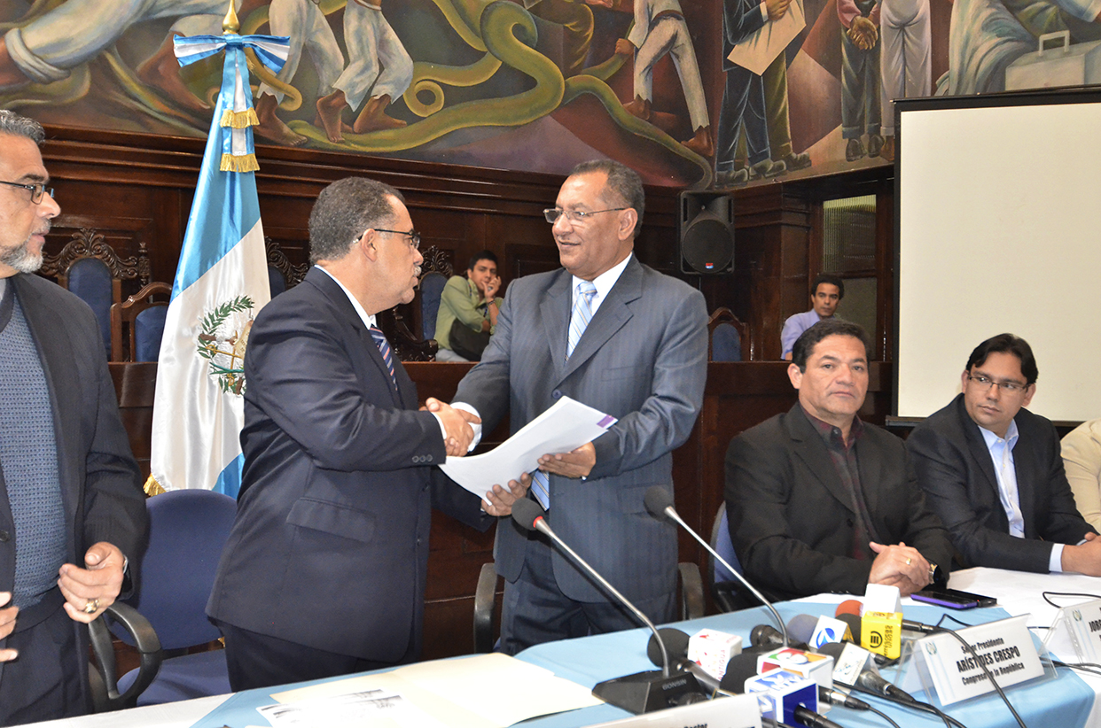 Estuado Gálvez entrega el listado al presidente del Congreso de la República, Arístides Crespo.