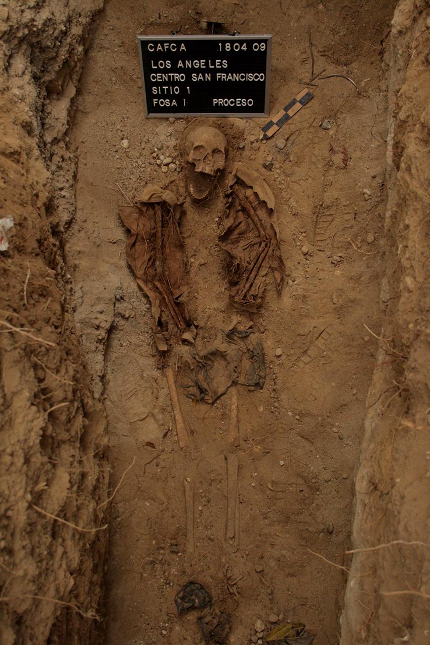 Los restos de una de las personas fallecidas y encontradas en Los Angeles.