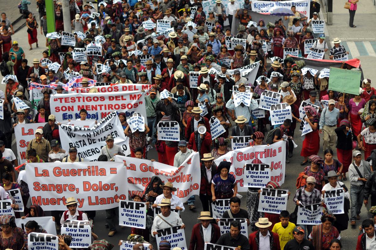 Movilización de ixiles en la ciudad. En la marcha había pancartas en las que indicaban que no hubo genocidio.