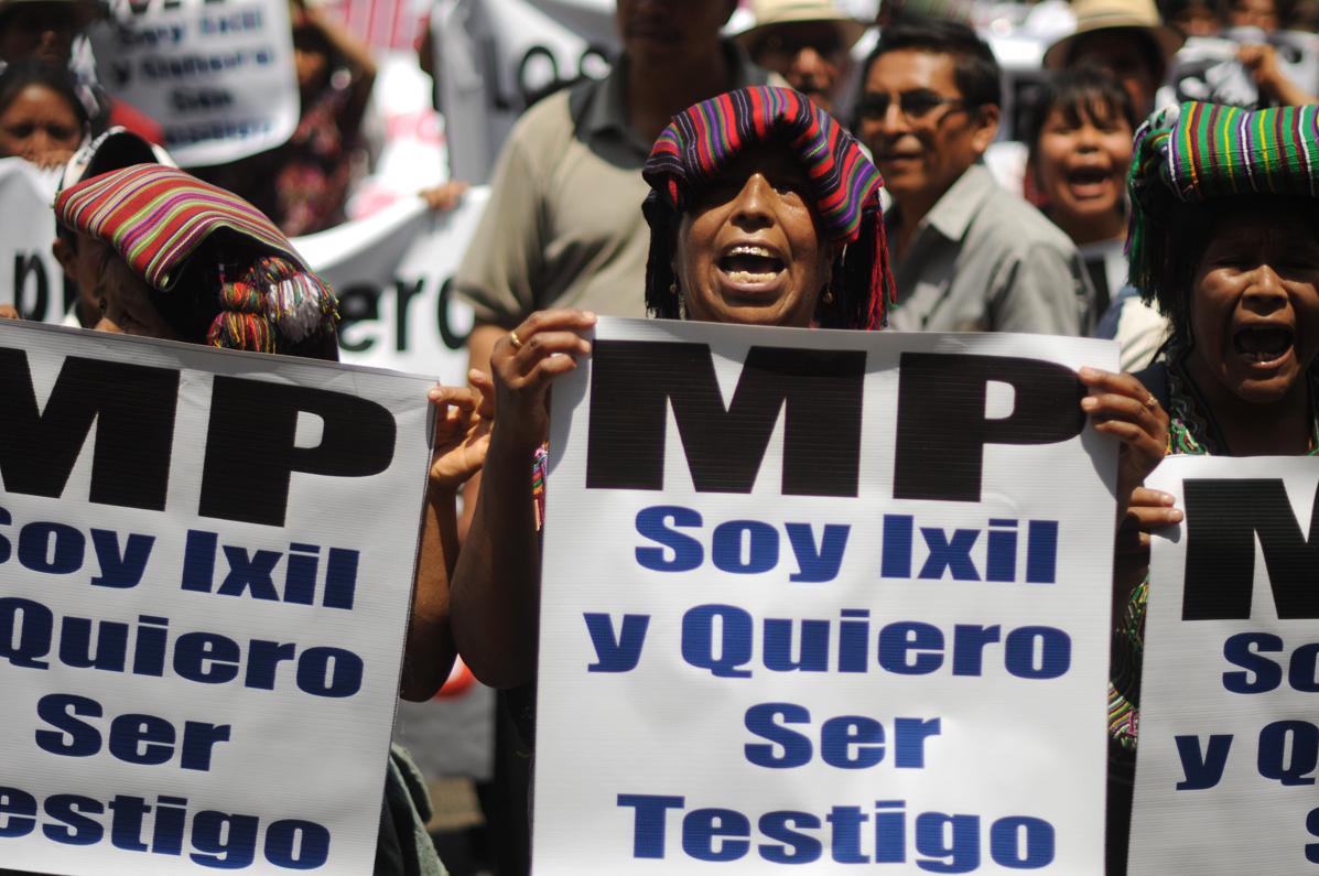 Los manifestantes pedían ser testigos en el juicio contra Efraín Ríos Montt y José Rodríguez Sánchez.