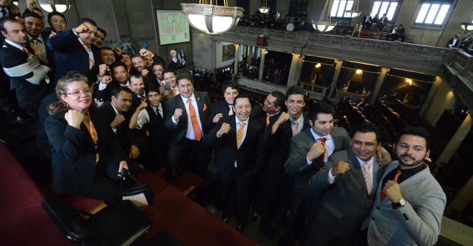Los diputados del Partido Patriota posan mientras abajo del hemiciclo se llevaba a cabo la sesión. Foto: Antonio Castro