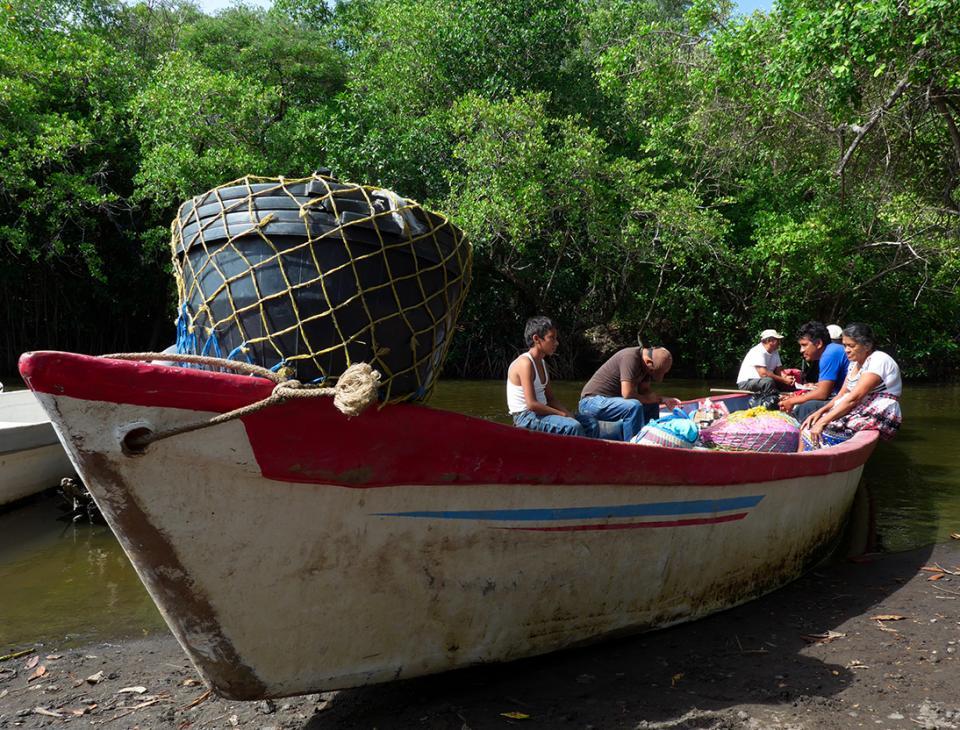 El principal medio de transporte de los pobladores del Manchón es la lancha. Viven en un bosque sobre el agua.