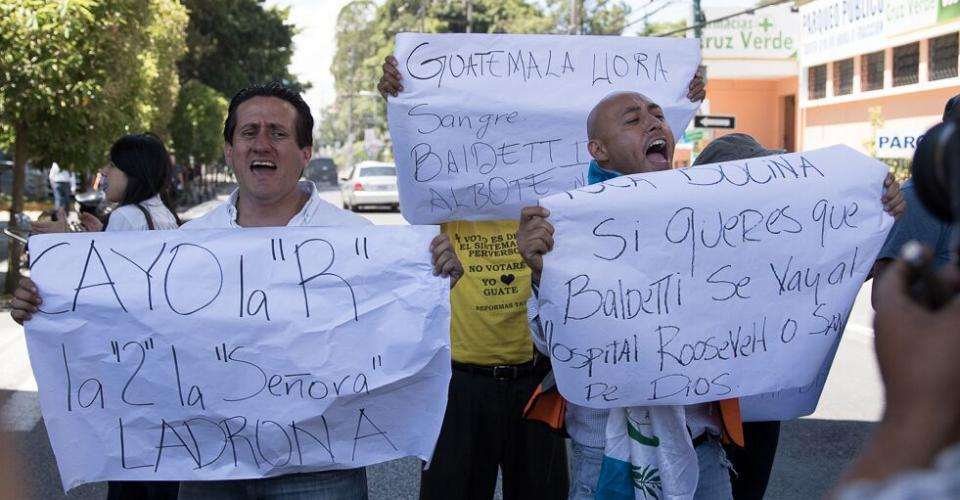 Decenas de manifestantes manifestaron contra Roxana Baldetti, y celebraban su detención en las afueras del Centro Médico.