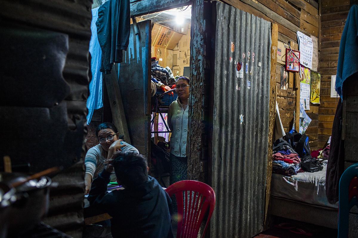 El cuarto donde vive Zaily Janeth Mejilla colinda con otras habitaciones, en una estructura donde viven, en total, 9 personas.