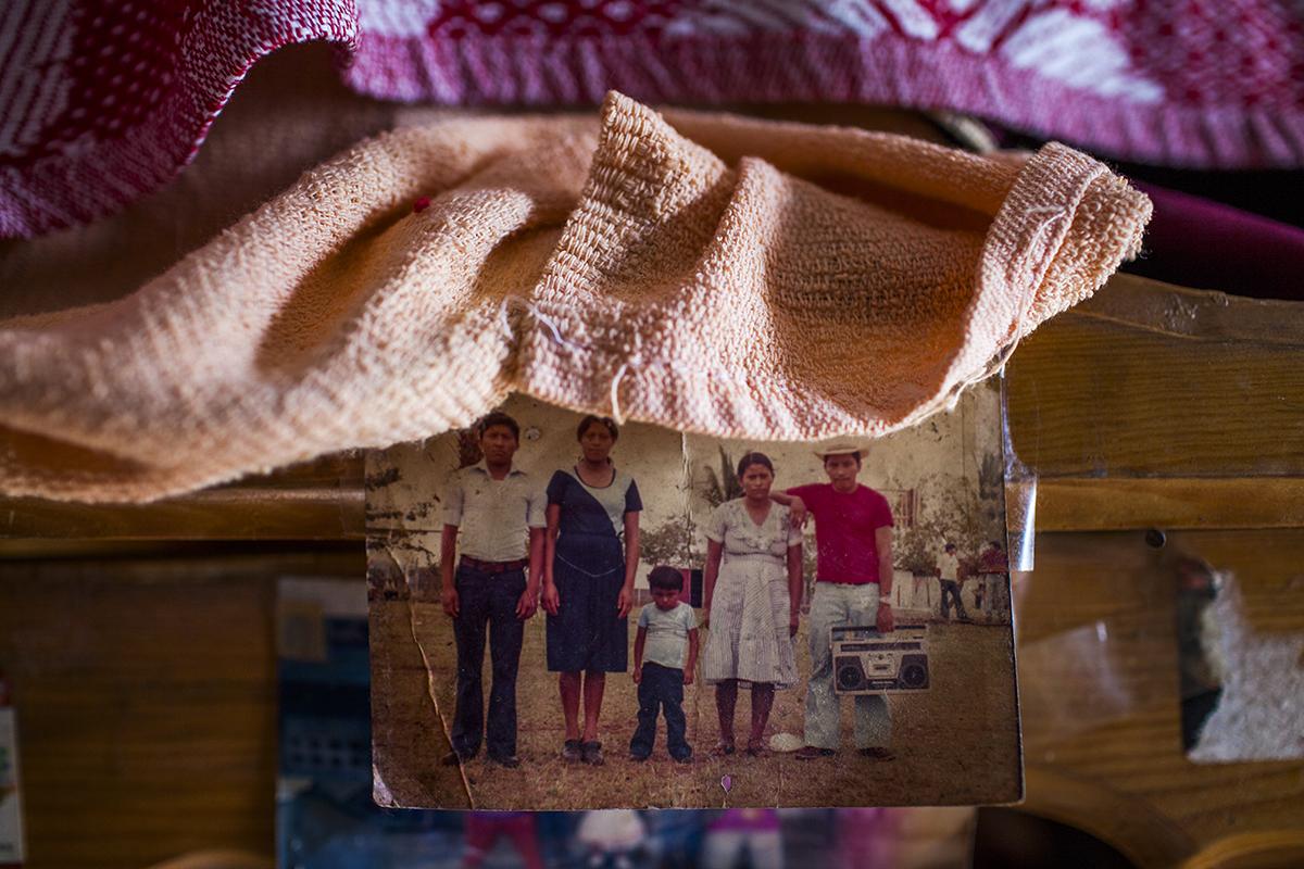 En la foto, María de Jesus Ajcaj Chay posa con su familia en Cuyotenango, Suchitepéquez hace 17 años, antes de mudarse a vivir a Ciudad de Guatemala. Lleva el mismo tiempo de trabajar en la maquila como inspeccionista.