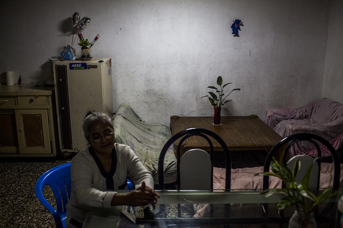 El cuarto de la casa de Floridalma Ramírez Alonso, 61, una de las más ancianas trabajadoras de la maquila. Madre soltera de 6 hijos, en el 2000 el huracán Mich derrumbó la casa en la que vivían, en un barranco de la zona 7 capitalina. Ahora reside con dos hijos y dos nietos en una casa donada por una ONG en la zona 1.