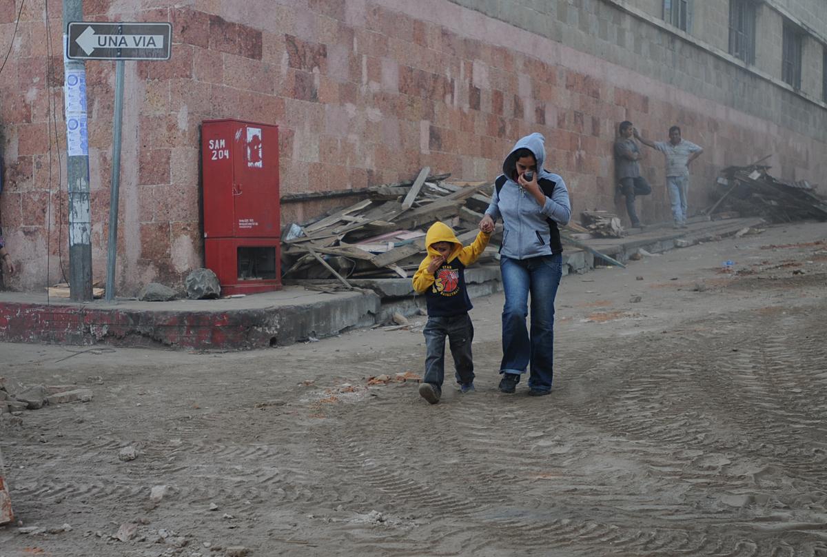 Los pobladores de San Marcos inhalan el polvo de lo que antes eran casas.