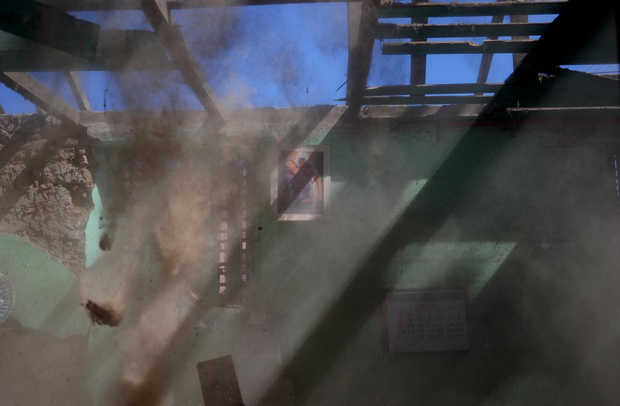 El polvo cae frente a una imagen de Jesucristo.
