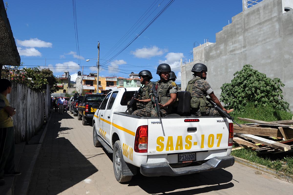 Soldados custodian la caravana presidencial.