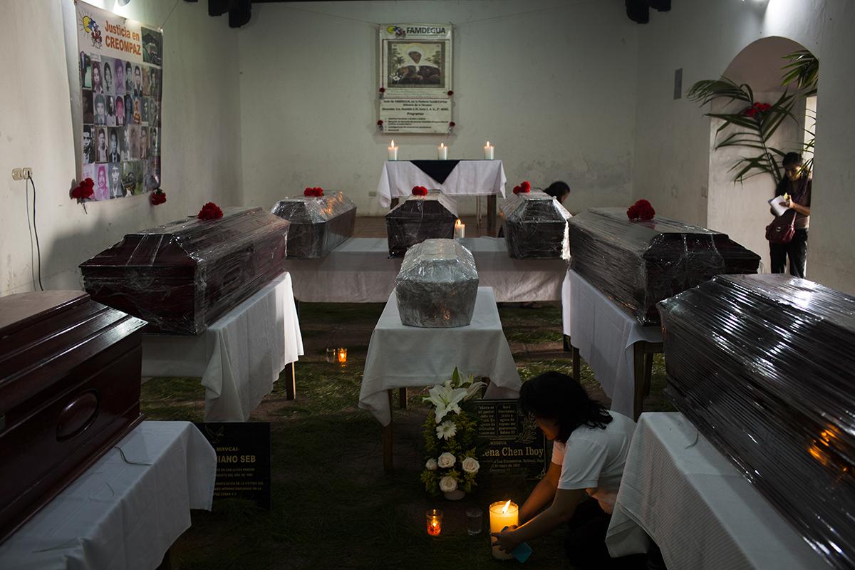 El ataúd blanco, con los restos de Marta Elena, yace al centro del cuarto del monasterio de la pastoral de Cobán, el día de la inhumación de las ocho víctimas de Creompaz