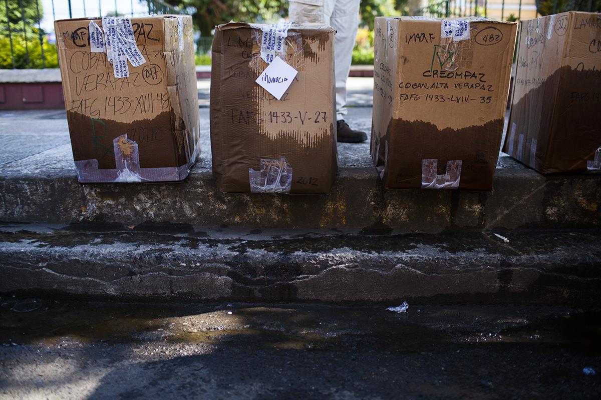 Las cajas en las que fueron traídos los restos de las ocho víctimas desde la ciudad capital llegaron empapadas por el fuerte aguacero que acompañó el viaje del personal de la FAFG hasta Cobán
