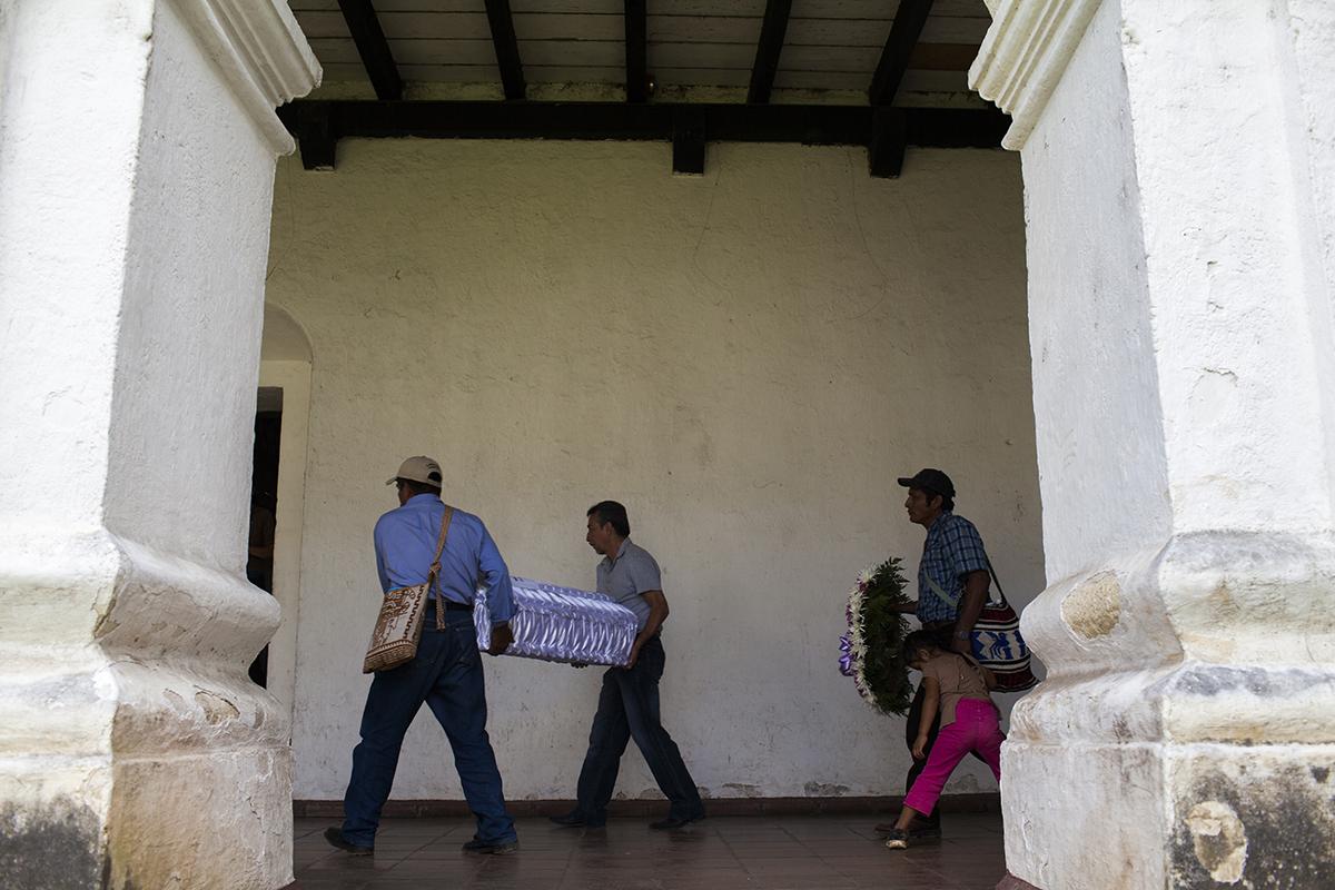 Terminada la ceremonia, familiares de Marta Elena transportan el ataúd al vehículo que los llevará a Rabinal, para que la familia entera pueda celebrar el velorio y el entierro de la pequeña víctima