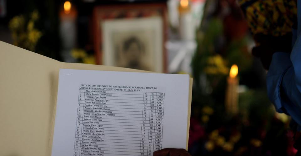 El guía espiritual recita los nombres de las personas masacradas en Río Negro.