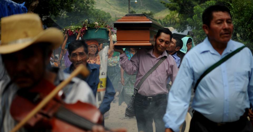 Las notas del violín acompañan el féretro de Martina Rojas que se encamina a una tumba con su nombre.
