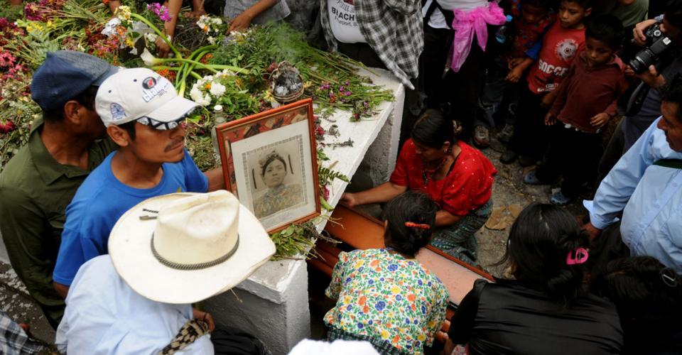 """Una vez el ataúd fue introducido en la sepultura blanca cubierta de flores, Mario Chen, hijo de Martina Rojas, dijo: """"Al menos ahora sé que mi finada mamá está aquí, y puedo visitarla cuando quiera""""."""