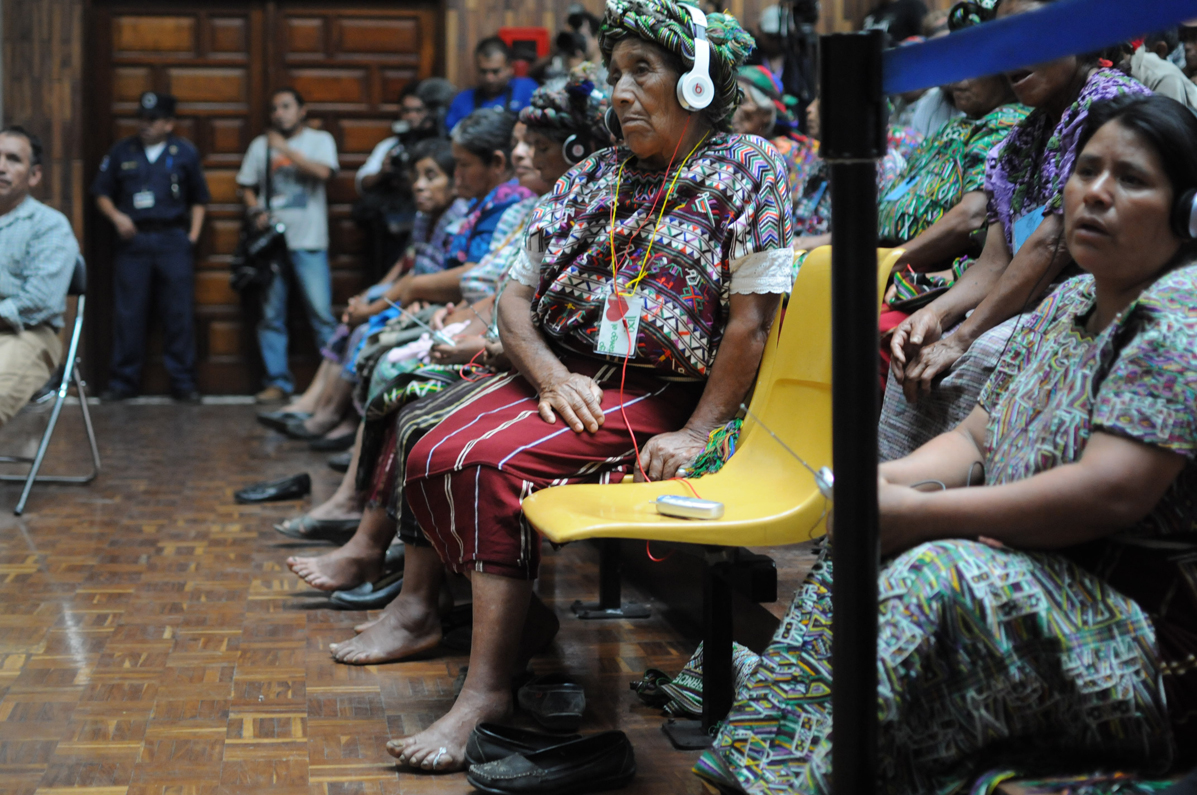 Asistentes ixiles escuchan la declaración de Marz en la Sala de Vistas de la Corte Suprema de Justicia.