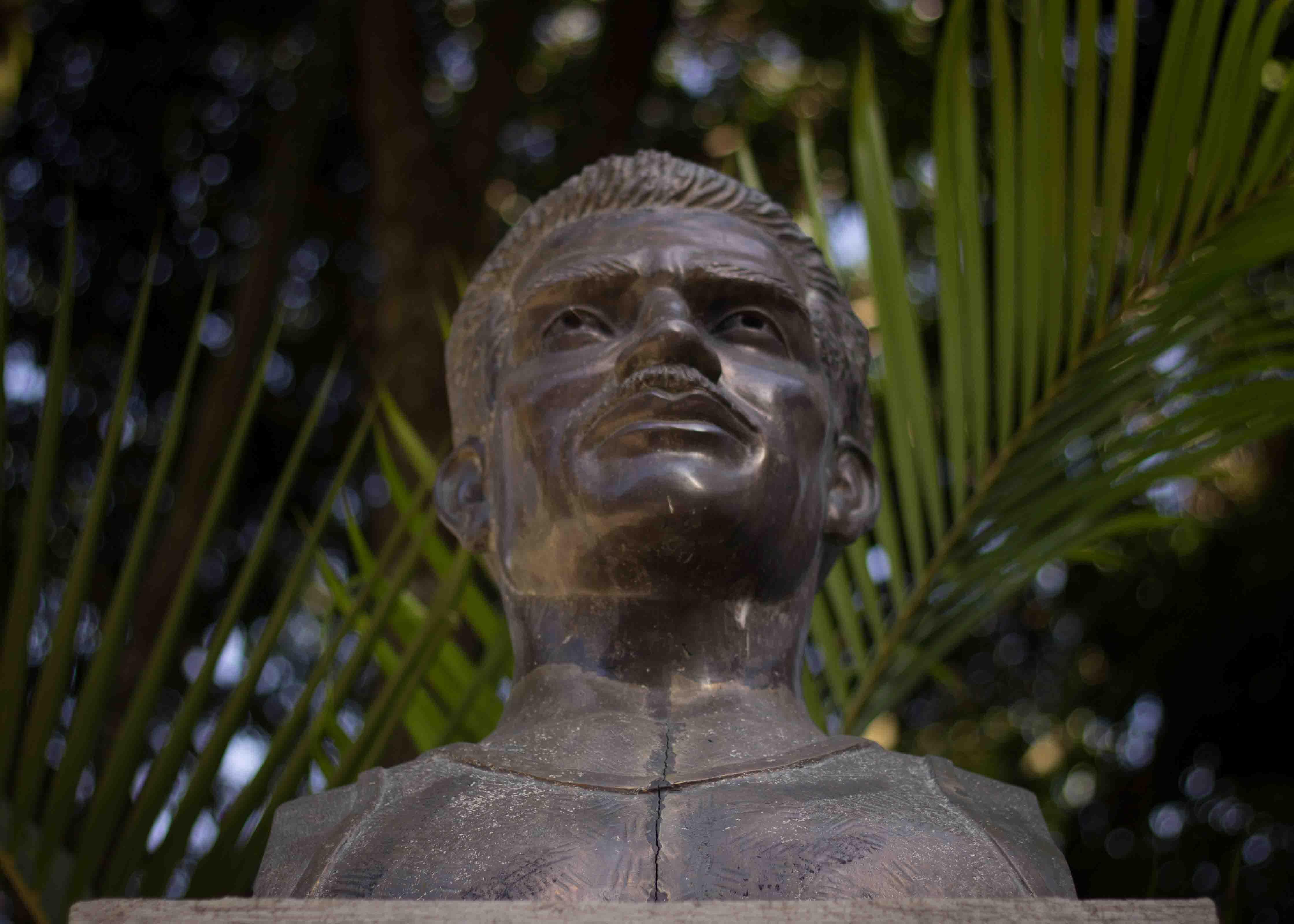 Guamuch: En honor al atleta Mateo Flores -nacido Salvador Guamuch- una estatua lo inmortaliza a un costado del estadio, en la entrada preferencial: reservada para jugadores, entrenadores y estrellas de rock.