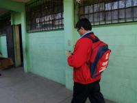 El alcalde Medrano, con una bolsa escolar.