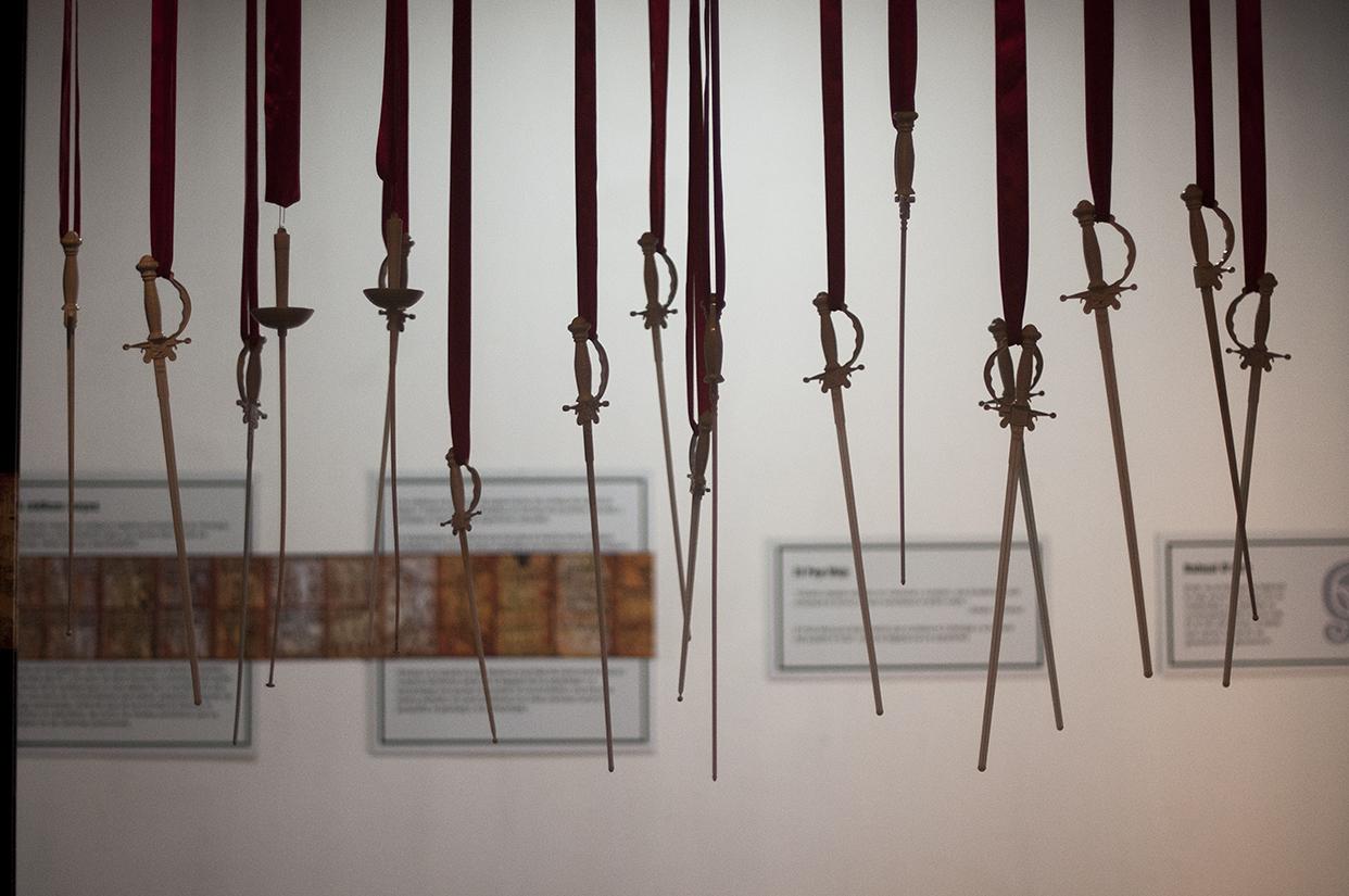 En el museo cuelgan espadas que cuestionan si el encuentro entre las dos culturas fue violento.