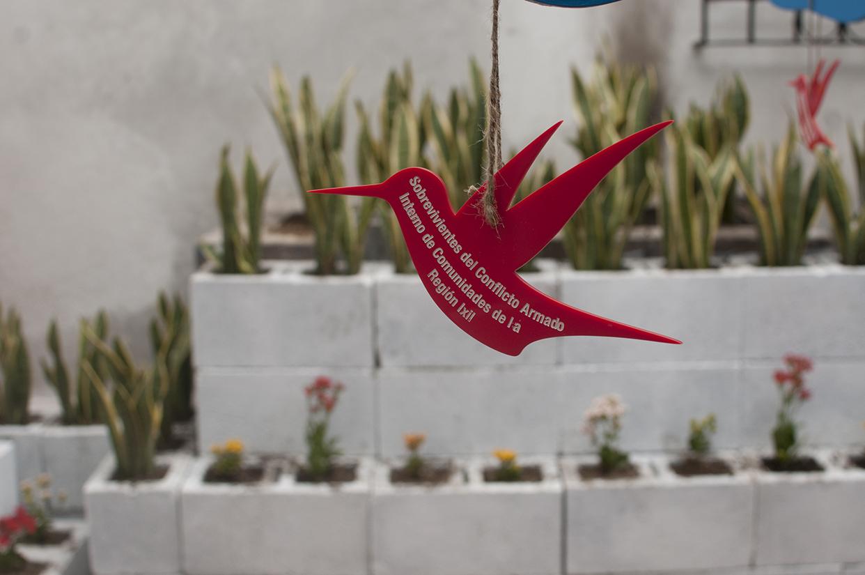 Los sobrevivientes. Un pájaro cuelga de un árbol en el que el visitante podrá agregar a sus familiares desaparecidos o que fueron víctimas de la guerra.