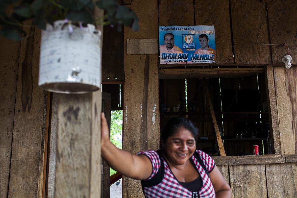 Petronila Zaldívar, de 40 años, administra una de las dos tiendas de la aldea. Cada cuatro años, la campaña electoral alcanza la retirada comunidad.