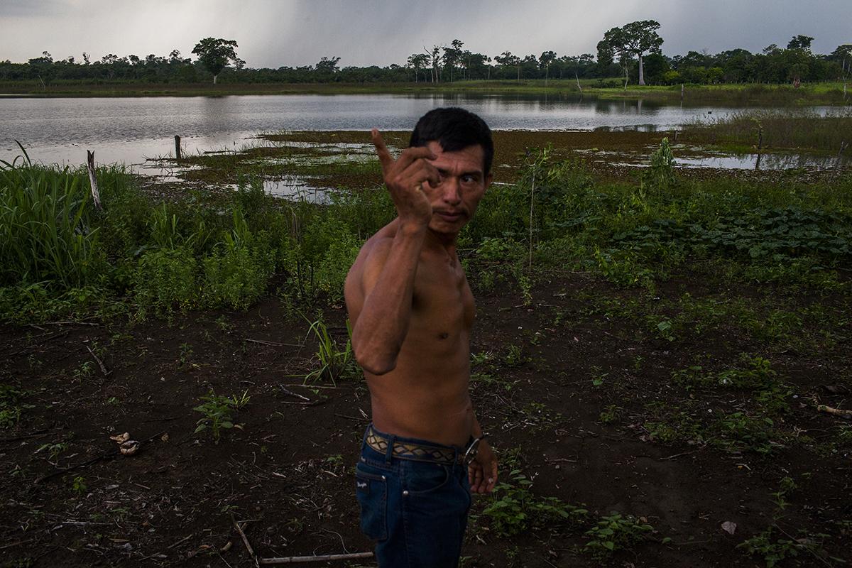 Rene Rodríguez, de 40 años, observa la aldea desde su terreno, próximo a la pequeña laguna de la comunidad. Lleva ocho años de vivir en La Mestiza