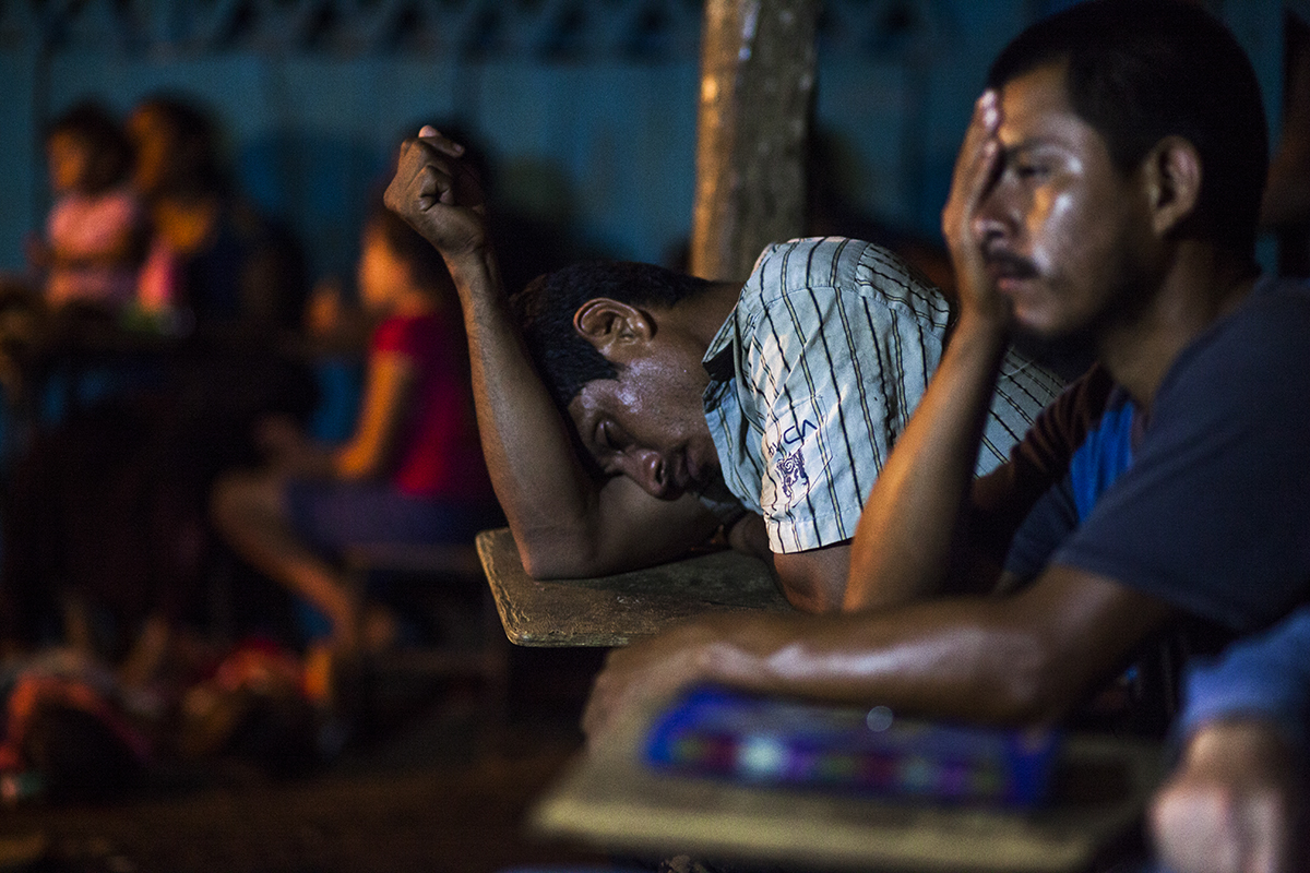 Los adultos caen, después, vencidos por el sueño.