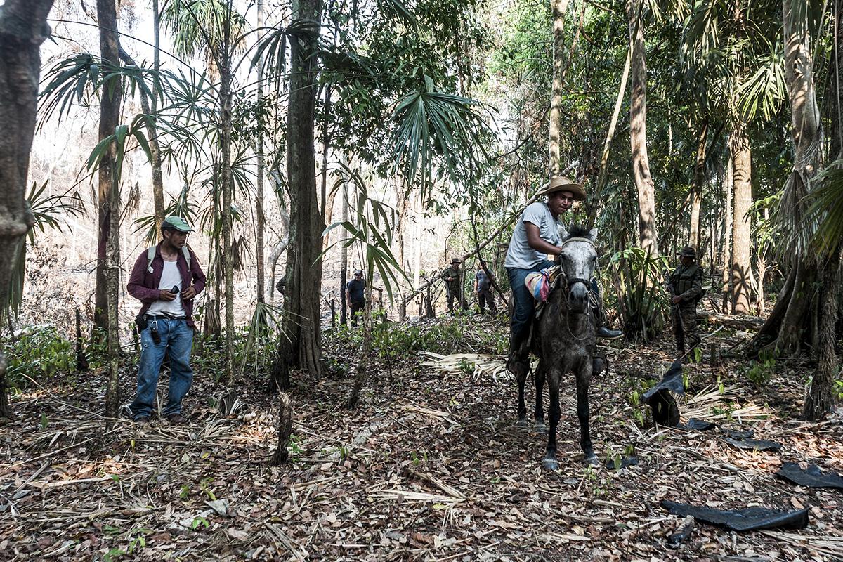 Militares y guardarecursos apostados en la entrada del sitio arqueológico de El Peruíto