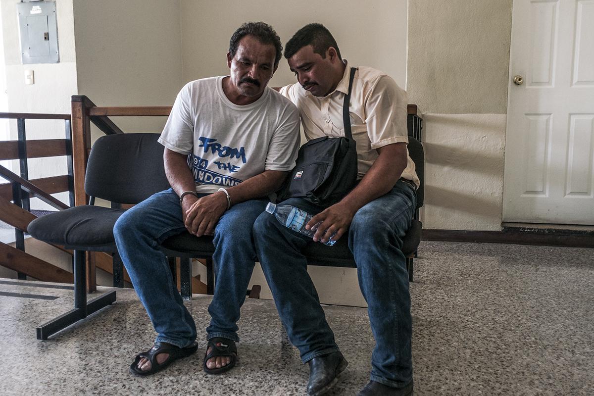 Jovel Tovar en compañía de su hijo espera su audiencia en el juzgado de medio ambiente de Petén