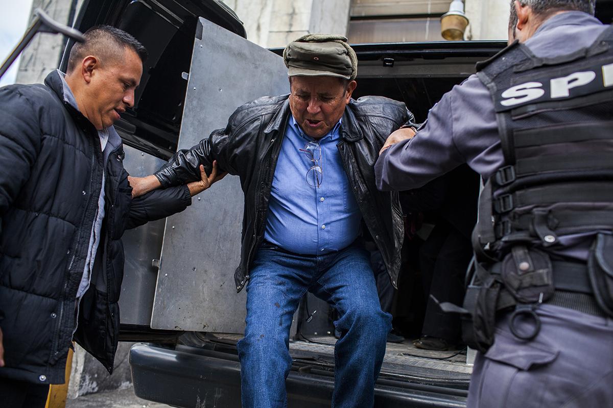 Francisco Luís Gordillo Martínez, excomandante de la Zona Militar 17 de  Quetzaltenango,, llega escoltado a tribunales el día de la resolución de  la fase intermedia del juicio.