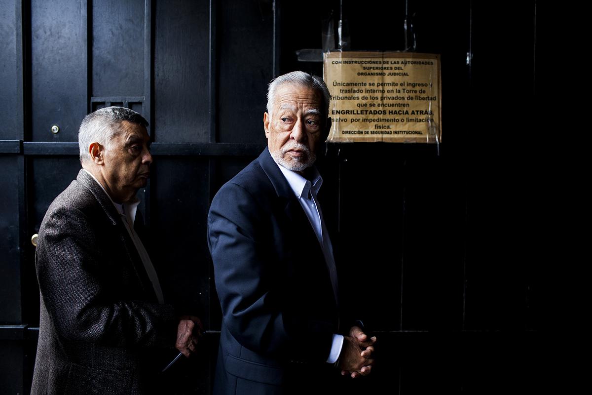 Edilberto Letona Linares, exsubcomandante de la Zona Militar 17 de  Quetzaltenango, ingresa a tribunales esposado.