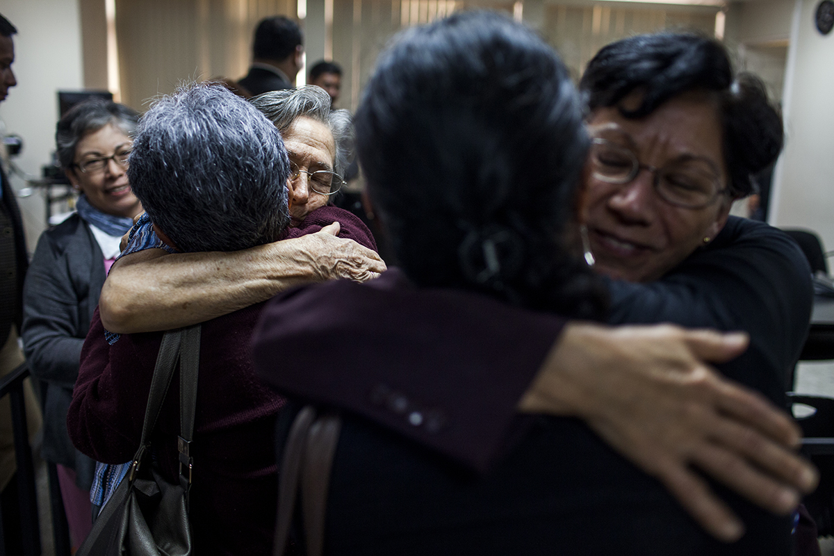 Emma Theissen y su hija, María Eugenia, reciben abrazos solidarios.