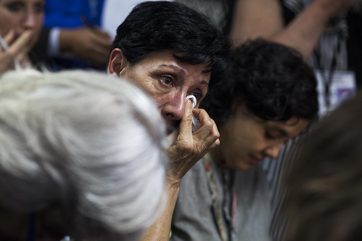 María Eugenia Molina Theissen llora al escuchar la resolución emitida por el tribunal.