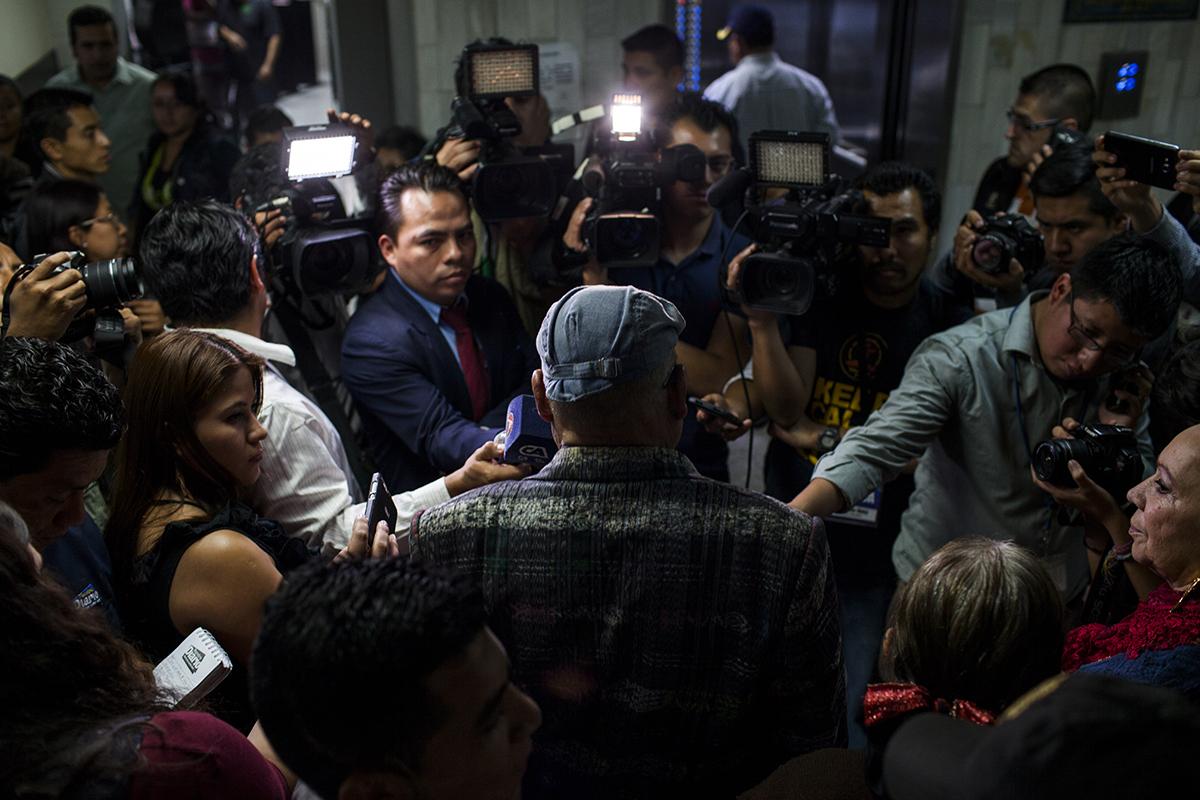 Periodistas rodean a Benedicto Lucas García, al terminar la audiencia en la que  fue enviado a juicio.
