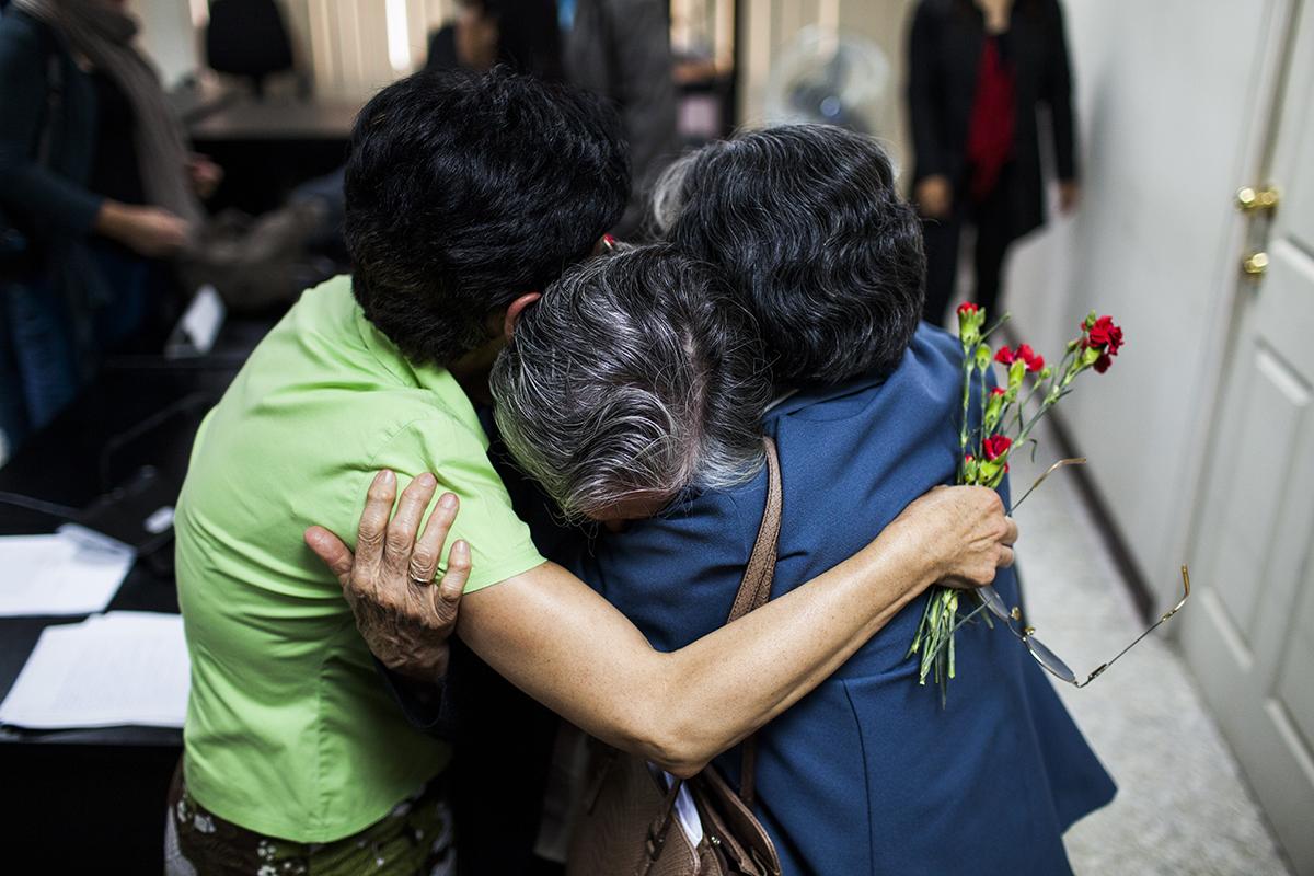 Madre e hijas de la familia Molina Theissen, se abrazan al finalizar la  audiencia.