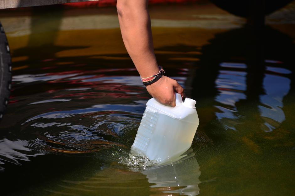 """Se tomaron dos muestras del agua contaminada del Lago de Amatitlán para realizar el """"tratamiento"""" que la empresa contratada dará al lago."""