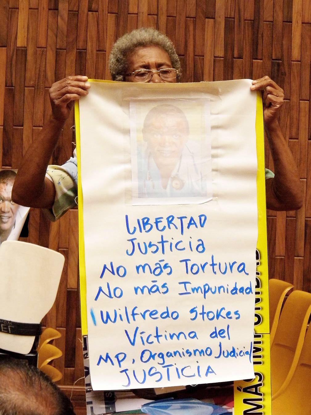 Una mujer no identificada reclamó a Claudia Paz y Paz, por medio de un cartel, por un supuesto caso de impunidad del que es víctima Wilfredo Stokes.