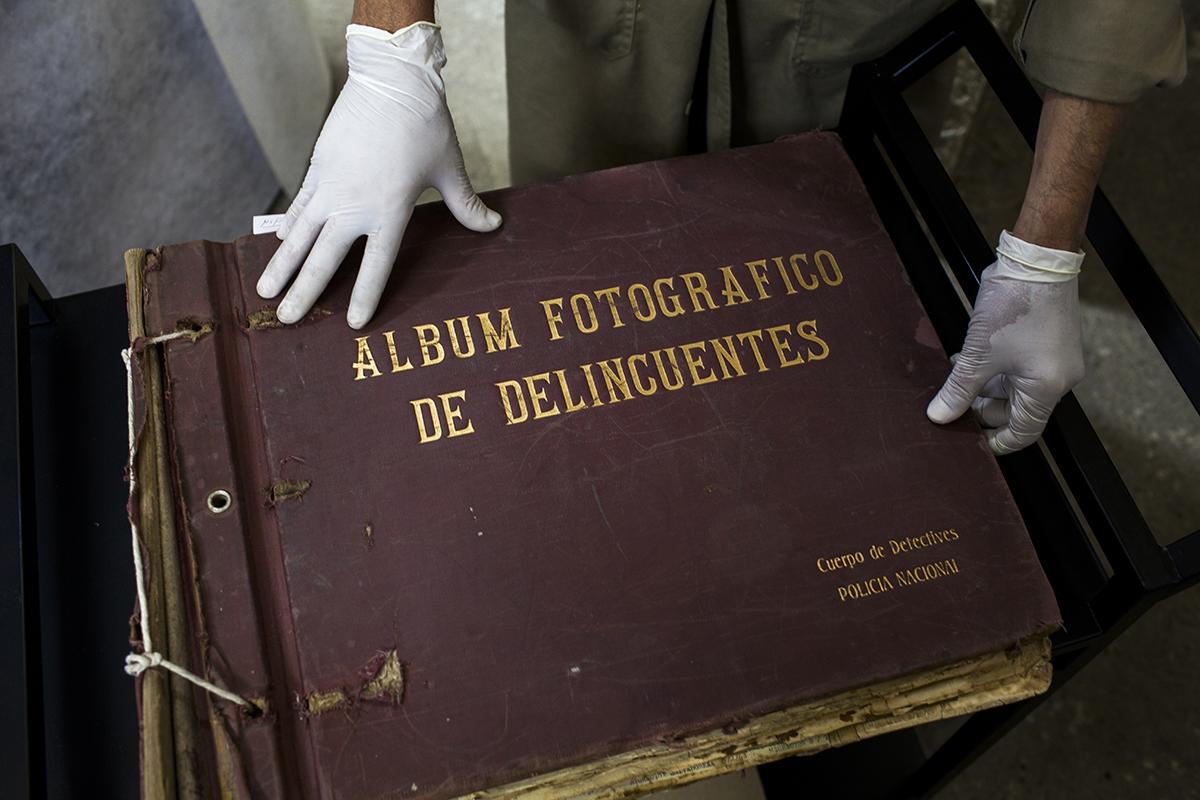 Uno de los tres álbumes fotográficos de delincuentes, guardado en el Archivo de la Policía Nacional.