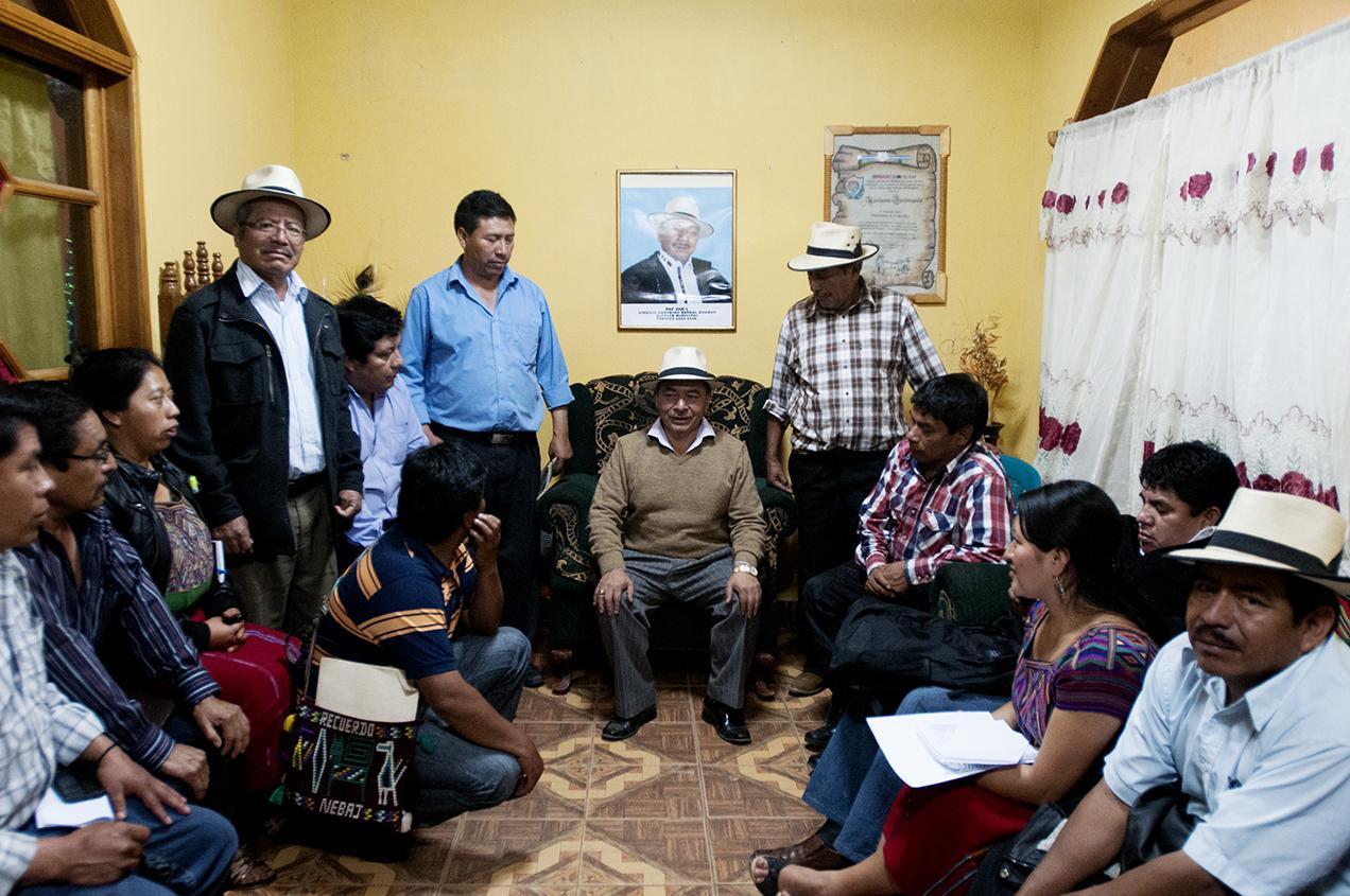 Virgilio Bernal Guzmán, quien buscaba la reelección con el Partido Patriota (PP), se reúne con sus seguidores una noche antes de las elecciones.