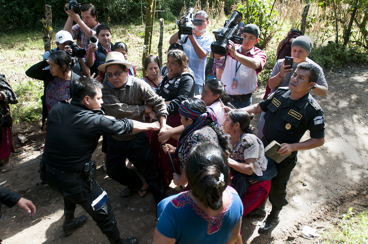 Un enfrentamiento entre la familia de Amalia Melendrez y un grupo de mujeres afines al Partido Patriota culminó con el despojo de la vara del secretario ejecutivo de la alcaldía indígena, Miguel de León Ceto.