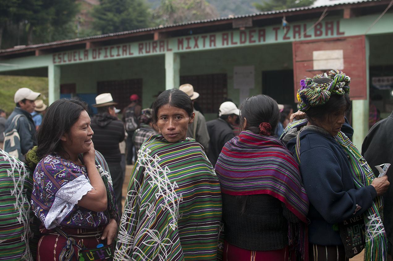 Antes de que se abrieran las urnas pobladores de Tzalbal hacían cola para emitir su voto.