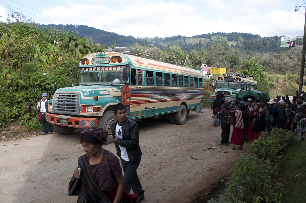 Dos autobúses trasladaba a votantes al centro de Tzalbal.