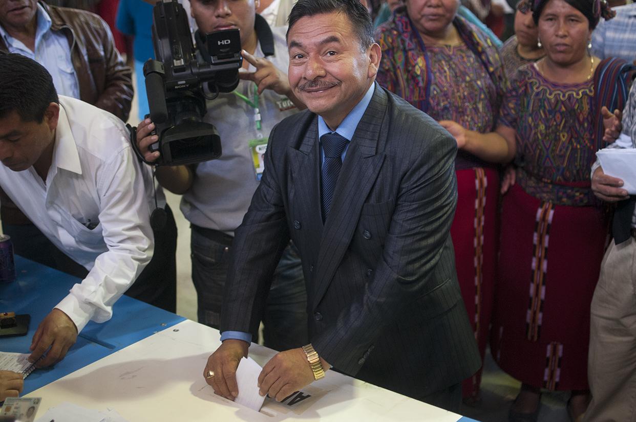 Momento en que Virgilio Bernal emitie su voto. Pap X'hel, Virgilio en Ixil, ha sido tres veces alcalde de Nebaj y ha pertenecido a tres partidos en los últimos 15 años: DC, FRG y PP.