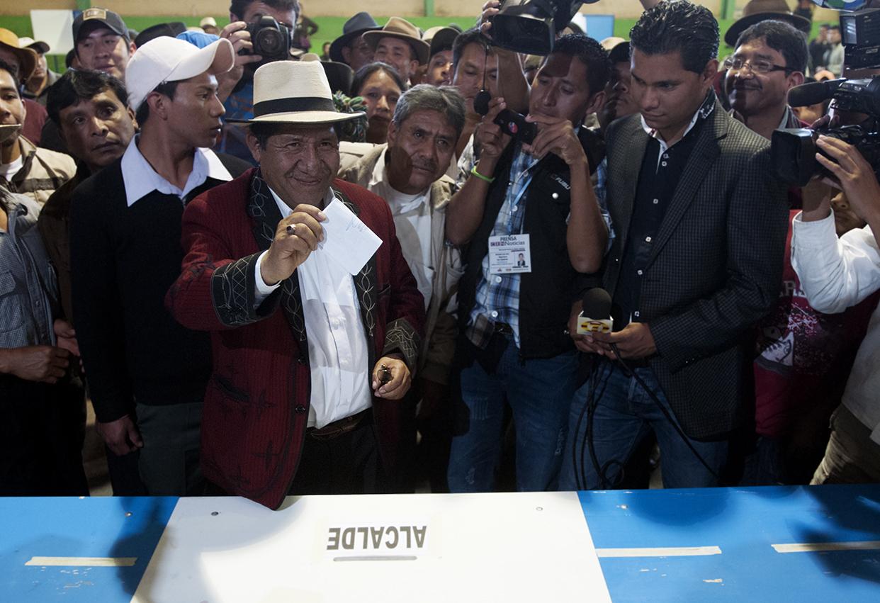 Pedro Raymundo Cobo vota. Pap Lu, Pedro en Ixil, es maestro de educación primaria. Fue alcalde dos veces, primero con un comité cívico, y luego con la UNE. Tras las elecciones del 2011 se integró a Todos.