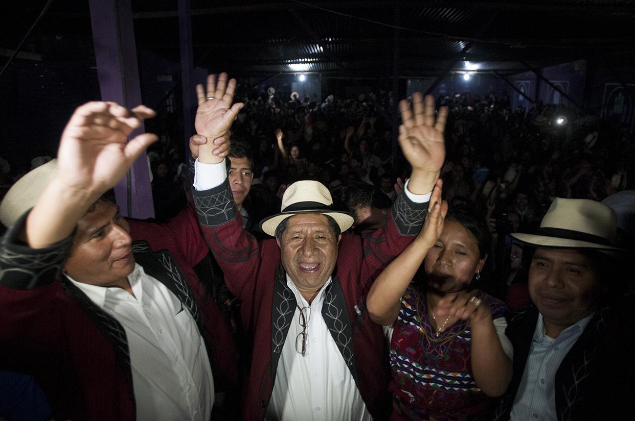 Pedro Raymundo Cobo celebra el triunfo junto a sus seguidores en la casa de campaña.