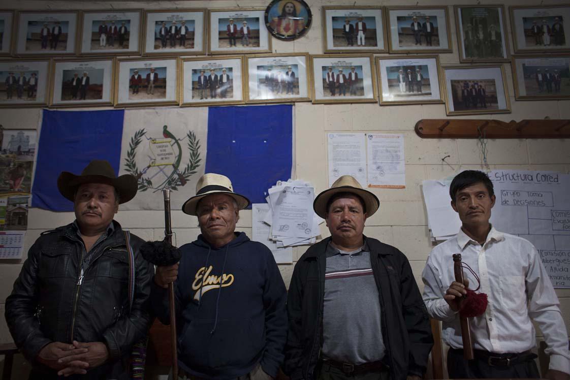 De izquierda a derecha: el Alcalde Indígena Miguel Brito, el Alcalde Auxiliar Gerónimo Sánchez, el Segundo Regidor Gaspar de Paz y el Primer Regidor y primer Mayor de la aldea Acul, Manuel Raymundo.