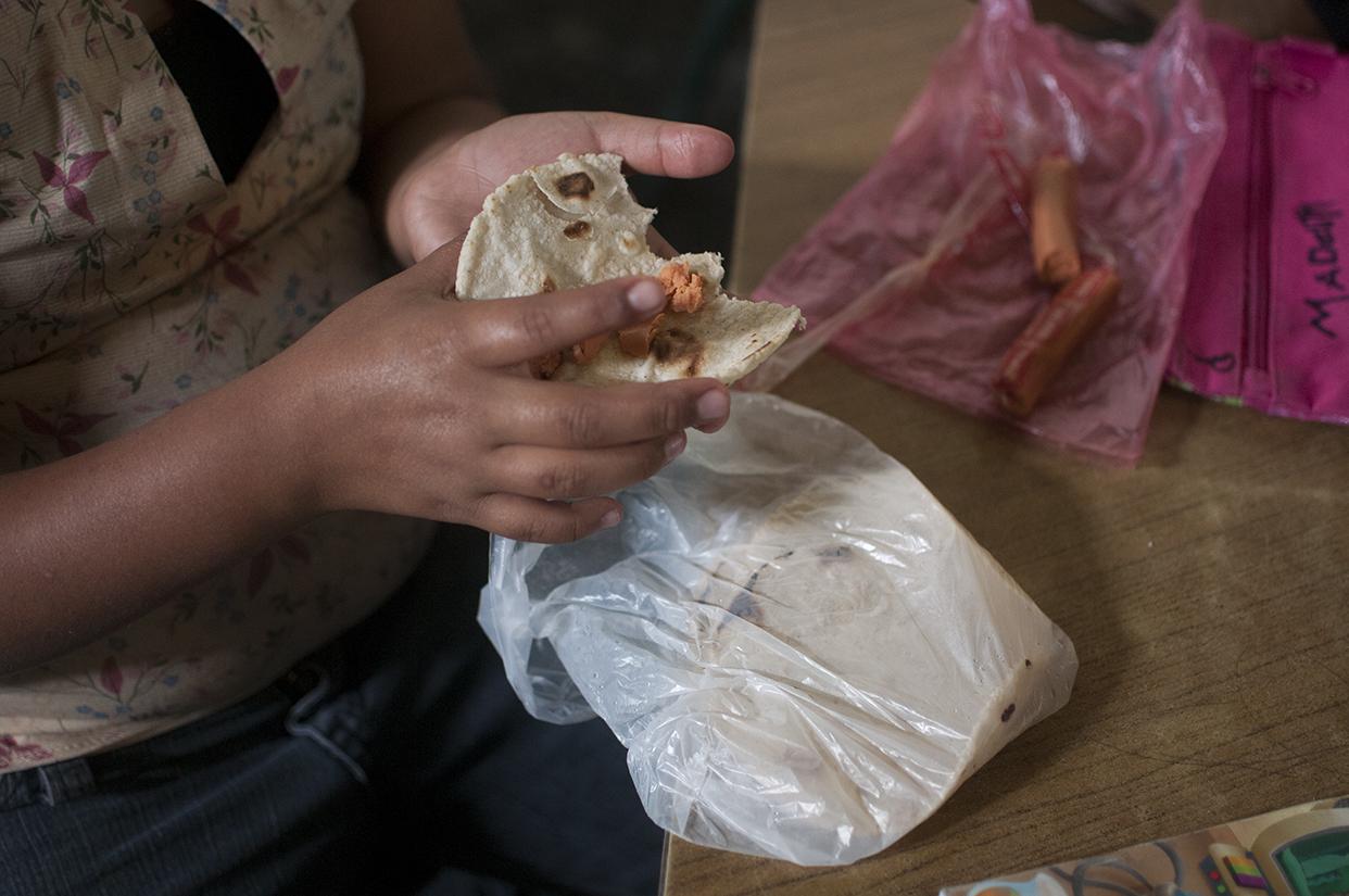 La refacción de una de las niñas que asisten a la escuelita: tortillas con salchicha.