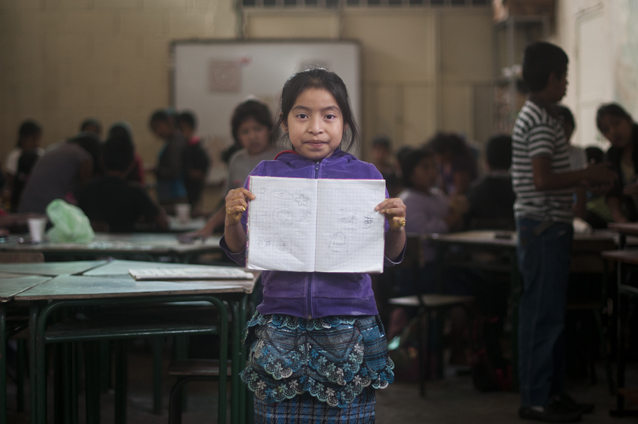 """Sindi Paola: """"Yo trabajo. Limpio mesas. Ayudo a pagar el cuarto donde vivimos con mis papás y mis hermanos"""". Y estudia: """"Quiero aprender a leer"""", dice."""