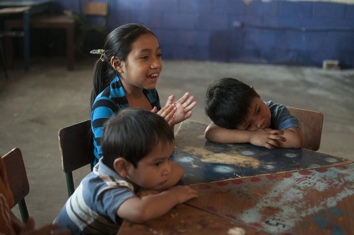 Ella es la mayor. Cuida a sus dos hermanos pequeños mientras sus padres trabajan. Los pequeños le acompañan a la escuela.